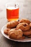 Cookies em uma placa branca com o copo do chá Foto de Stock Royalty Free
