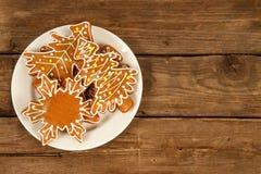 Cookies em uma placa em uma superfície de madeira Foto de Stock