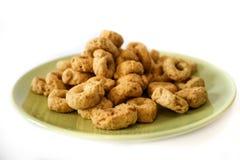 Cookies em uma placa verde isolada no fundo branco imagem de stock