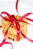 3 cookies empilhadas dos pedaços de chocolate no guardanapo Fotografia de Stock Royalty Free