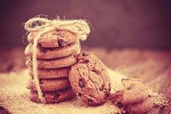 Cookies empilhadas dos pedaços de chocolate no guardanapo Fotos de Stock Royalty Free