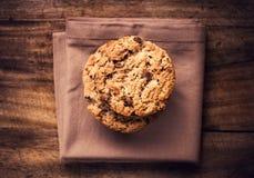 Cookies empilhadas dos pedaços de chocolate no guardanapo marrom. Estilo country. T Imagens de Stock