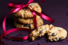 Cookies empilhadas dos pedaços de chocolate no roxo Foto de Stock