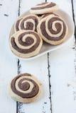 Cookies espirais em um fundo de madeira branco Fotos de Stock