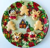 Cookies feitos a mão do Natal na bandeja decorativa foto de stock