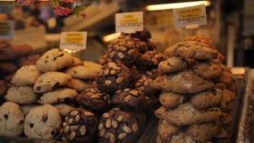 Cookies feitos a mão em uma loja na rua video estoque