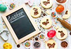 Cookies festivas do cozimento do fundo do cozimento da Páscoa sob a forma de b Foto de Stock Royalty Free
