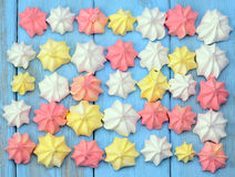 Cookies francesas da merengue da baunilha no fundo azul Fotografia de Stock Royalty Free