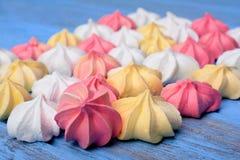 Cookies francesas da merengue da baunilha no fundo azul Fotografia de Stock