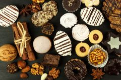 Cookies home em uma mesa de jantar Alimento doce insalubre Perigos da obesidade e do diabetes imagem de stock