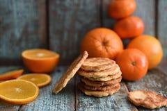 Cookies imperfeitas caseiros com laranjas e as clementina orgânicas imagens de stock