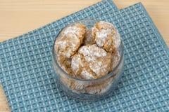 Cookies italianas no frasco de vidro no guardanapo 3 do algodão Fotos de Stock