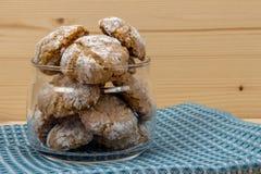 Cookies italianas no frasco de vidro no guardanapo 2 do algodão Foto de Stock Royalty Free