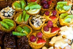 Cookies with kiwi, raspberry and chocolate Royalty Free Stock Images