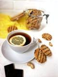 cookies lustradas com partes do chocolate e do amendoim em um frasco de vidro com uma tampa de madeira em uma tabela clara e cont Imagens de Stock