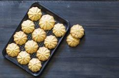 Cookies na bandeja na terra traseira de madeira Fotografia de Stock