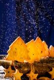 Cookies na forma das estrelas e das árvores de Natal Fotografia de Stock Royalty Free