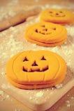 Cookies na forma das jaque-o-lanternas Imagens de Stock