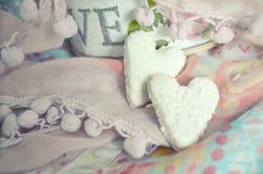 Cookies na forma dos corações no fundo de matérias têxteis Estilo de Boho Fundo do conceito do amor 14 de fevereiro feriados Vale Fotografia de Stock