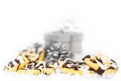 Cookies na neve, caixa de presente do Natal no fundo imagens de stock