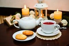 Cookies na placa e no copo do chá no café Imagens de Stock