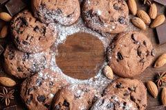 Cookies na textura rústica escura com espaço da cópia imagens de stock