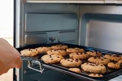 Cookies no forno imagens de stock royalty free