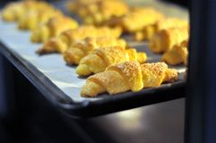 Cookies no forno na folha de cozimento fotos de stock