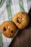 Cookies no pano de tabela Fotos de Stock