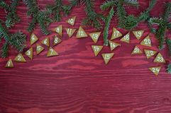 24 cookies numeradas do advento na madeira vermelha Imagens de Stock Royalty Free
