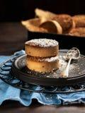Cookies ou biscoitos tradicionais com açúcar pulverizado para a Espanha do Natal no fundo escuro com espaço para o texto foto de stock royalty free