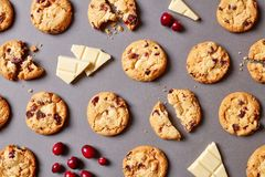 Fresh chocolate chip cookies pattern on grey background stock photography