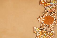 Cookies pintadas vitrificadas do Natal de várias formas isoladas Fotografia de Stock