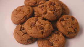 Cookies que giram em uma placa, close-up filme
