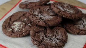 Cookies que giram em uma tabela de madeira, close-up do chocolate vídeos de arquivo