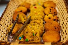Cookies & queques com os peda?os de chocolate na cesta de madeira pronta para ser servido foto de stock