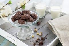 Cookies rústicas com as porcas do cacau e de pistache no bolo-suporte Imagens de Stock