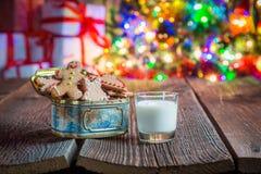 Cookies recentemente cozidas com leite Fotografia de Stock Royalty Free