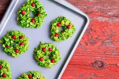 Cookies recentemente cozidas da grinalda do Natal imagem de stock royalty free