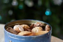 Cookies recentemente cozidas do Natal em um recipiente bonito do metal foto de stock royalty free