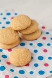 Cookies redondas de Grentemskoe no guardanapo colorido fotos de stock
