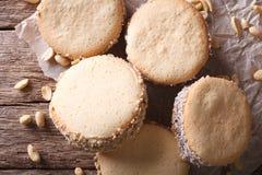 Cookies saborosos com creme no close-up de papel vista superior horizontal foto de stock