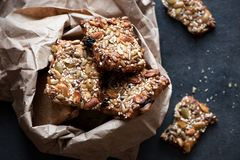 Cookies saudáveis com sementes e as porcas diferentes em um pacote de papel Foto de Stock