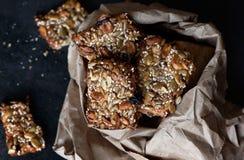 Cookies saudáveis com sementes e as porcas diferentes em um pacote de papel Fotografia de Stock