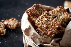 Cookies saudáveis com sementes e as porcas diferentes em um pacote de papel Foto de Stock Royalty Free