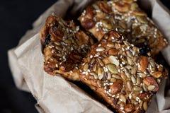 Cookies saudáveis com sementes e as porcas diferentes em um pacote de papel Imagem de Stock Royalty Free