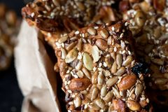 Cookies saudáveis com sementes e as porcas diferentes em um pacote de papel Imagem de Stock
