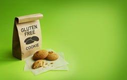 Cookies sem glúten no saco de kraft Fundo verde fotos de stock royalty free