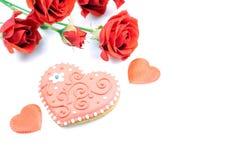 Cookies sob a forma do coração ao dia de Valentim em um whi Fotografia de Stock