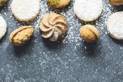 Cookies sortidos: cookies do linzer, biscoito amanteigado, cookie nuts, cookies de amêndoa alaranjadas imagens de stock royalty free